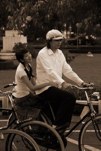 Romi dan Yuli…dua remaja naik sepeda