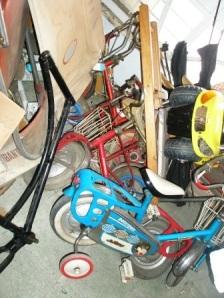 sepeda-sepeda kecil berserakan
