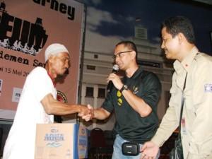 bpk Tarmudjie menerima donasi yg dikumpulkan teman2 pesepeda