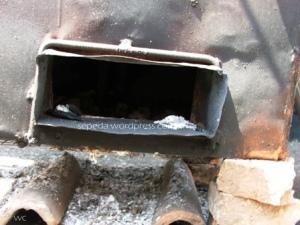 lubang tungku utk input batubara atau arang kayu