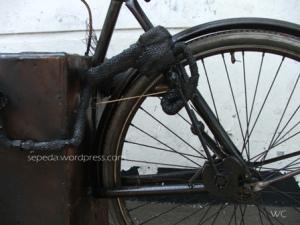 pipa penyalur uap yang dihubungkan dengan kayuhan ke roda