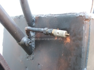 safety valve lubang buangan uap kalau tekanan dlm tungku melebihi 100 psi kalo ngga ada ini bisa2...BUMMM