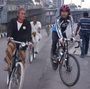 beda sepedanya ya beda juga gayanya...  :D